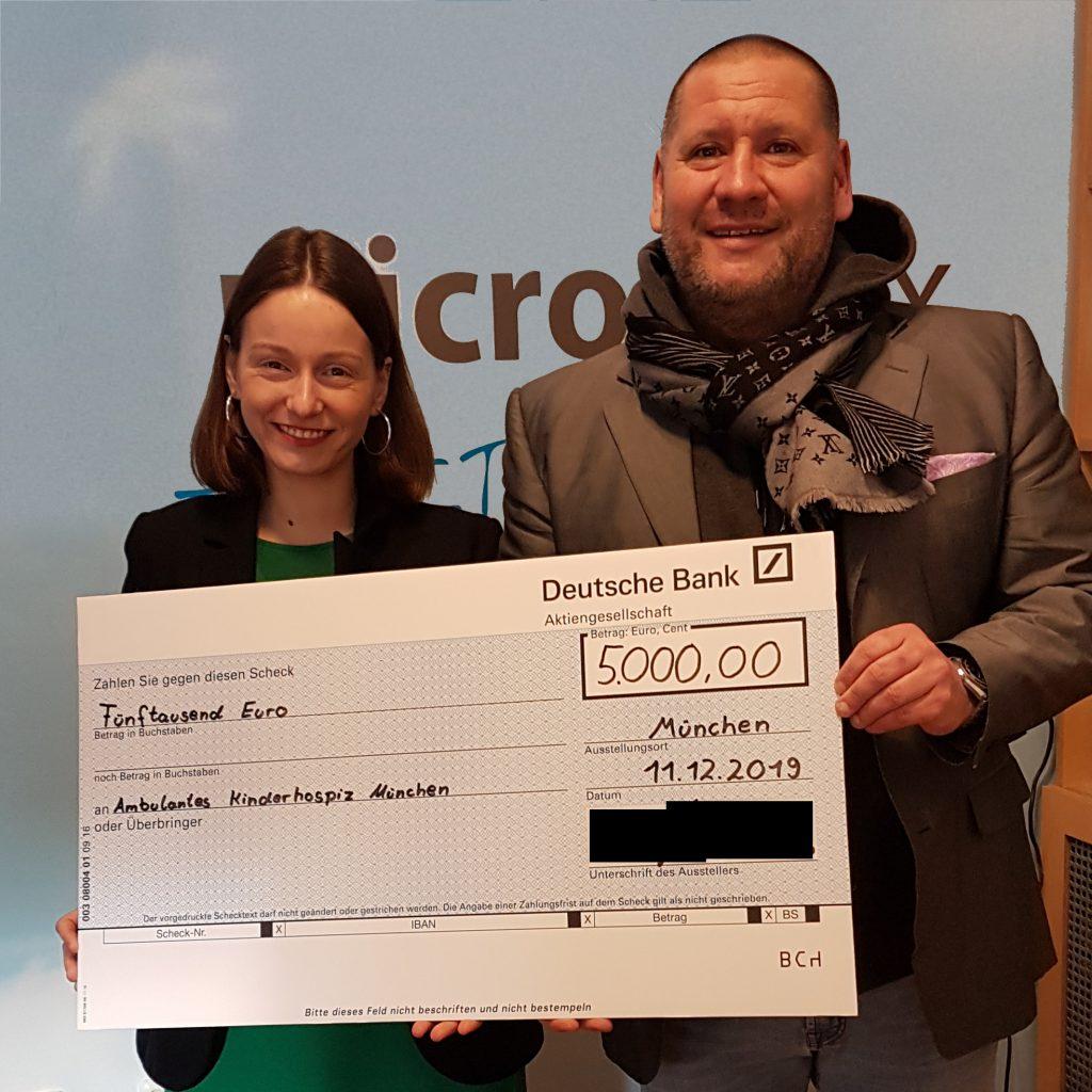 Frau Katharina Umbach hat sehr gerne von Christian Hoffmann die Spende der Microstaxx über 5.000,- Euro für das AKM entgegengenommen. (Bild: Microstaxx)